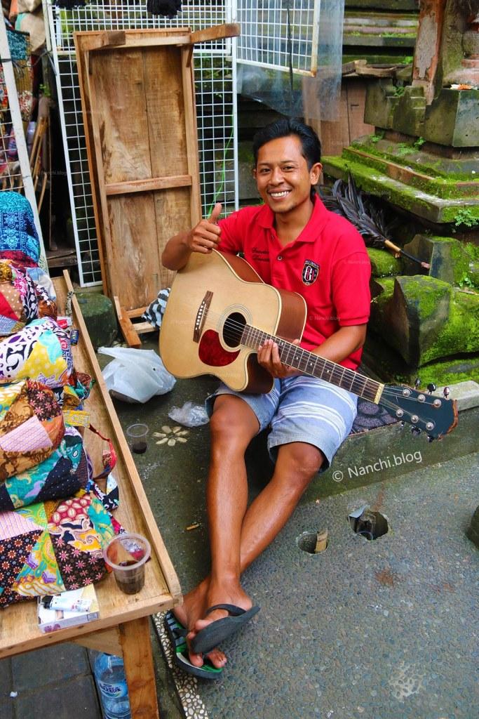 Man playing guitar, Ubud Market, Ubud, Bali, Indonesia